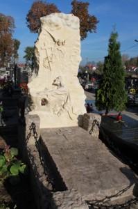 Nagrobek-00-POdrestaurowany-grób-ks.-Marcelego-Ciemniewskiego-199x300